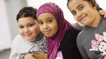 """""""När Tobias läser är det som att titta på en film, fast med text"""", säger Sumaya Hasan och Rana Ramadan håller med. Orlando Idic, Sumaya Hasan, Rana Ramadan och går i tvåan. Foto: Carina Gran."""