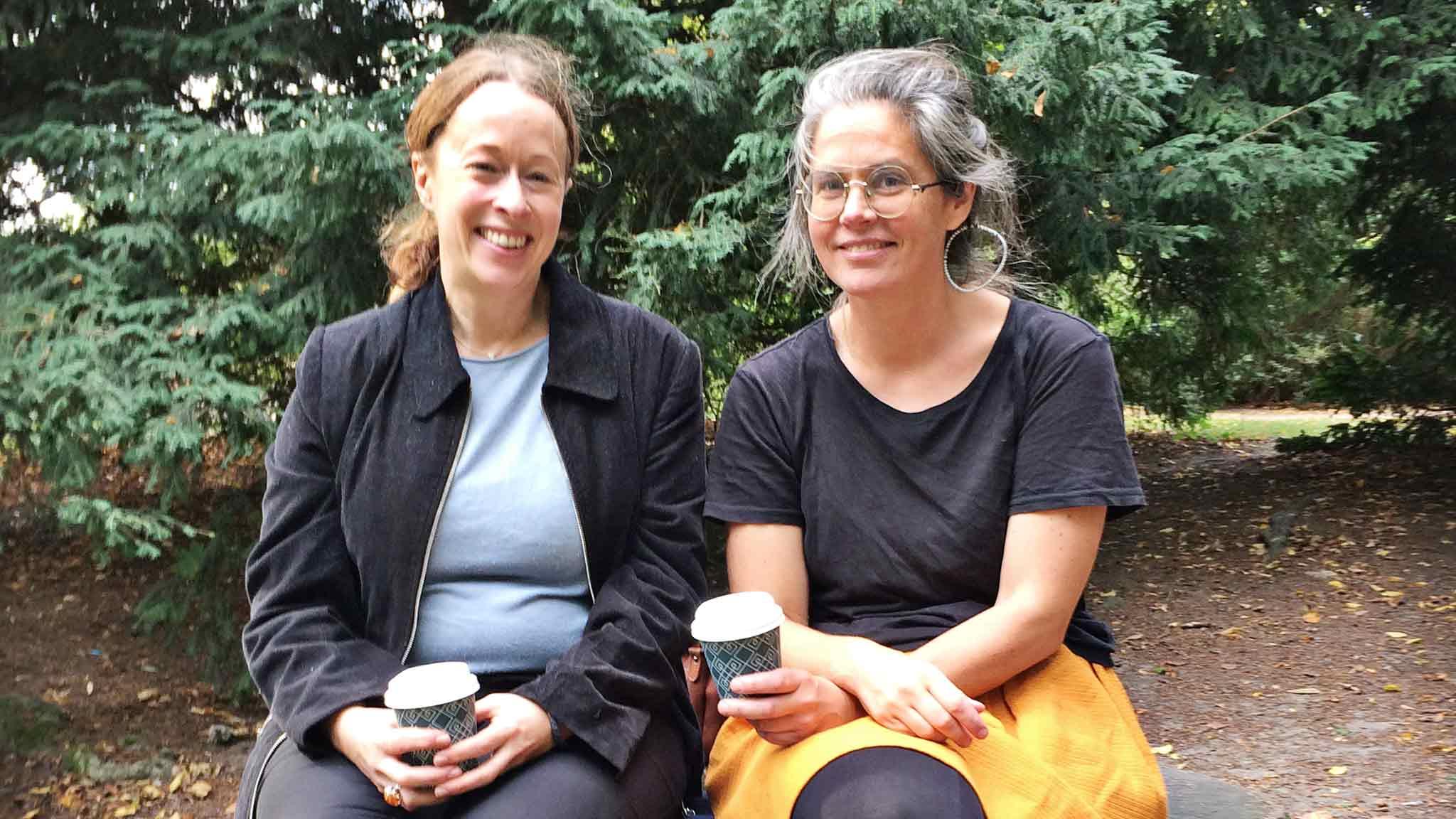 Huvudbiblioteket i Malmö ligger precis intill Slottsparken. Nu går bibliotekarierna Nanna Ekman och Mimmi Widner ut när de ska ha möten. Foto: Ann Persson.