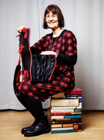 """Ryggsäcken köpte Gunilla Lundgren i samband med ett skrivprojekt för barn i Sydafrika. """"Ungarna klappade i händerna. Inga andra vuxna hade sådana ryggsäckar"""", säger Gunilla Lundgren. Väskan har hängt med sedan dess och innehåller allt som behövs för en skrivarverkstad. Foto: Linus Sundahl Djerf."""