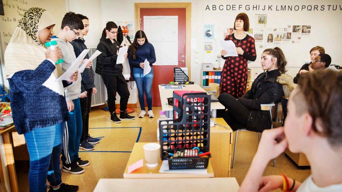Ett tjugotal elever som går i årskurs åtta på Rinkebyskolan förbereder sig inför utdelningen av det alternativa Nobelpriset. Här övar de på att hälsa välkommen på svenska, somaliska, arabiska, engelska, ukrainska, ryska, rumänska, grekiska, franska, romska och spanska. Foto: Linus Sundahl Djerf.