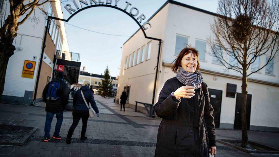 """""""Jag hade inte trivts i Sverige om jag inte haft Rinkeby. Rinkeby är en bild av världen. Här möts alla stora frågor som intresserar mig: fred, miljö, flerspråkighet och mångkultur"""", säger Gunilla Lundgren. Foto: Linus Sundahl Djerf."""