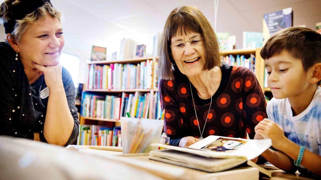På Askebyskolans skolbibliotek har Gunilla Lundgren haft en skrivarverkstad för romska barn i fem år. Skolbibliotekarien Sofia Lindblom är med på träffarna. Foto: Linus Sundahl Djerf.