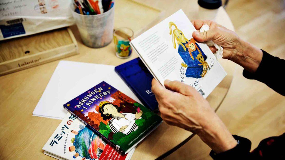 Skrivarklubben har skrivit böckerna Askungen i Rinkeby och Daniels dag – om Askungens lillebrorsa. I vår kommer tredje boken Glad påsk. Alla böcker ges ut på svenska och romska. Foto: Linus Sundahl Djerf.